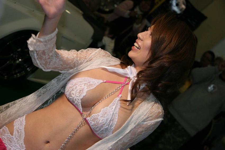 【キャンギャルエロ画像】こんな過激衣装でイベント会場を闊歩するキャンギャルたちのハプニング多し! 09