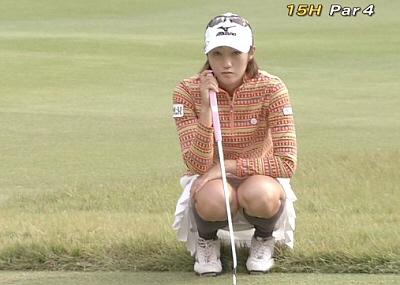 【スポーツエロ画像】何で女子ゴルファーってこんなミニスカ履いてパンツ見せつけるんだ?ww
