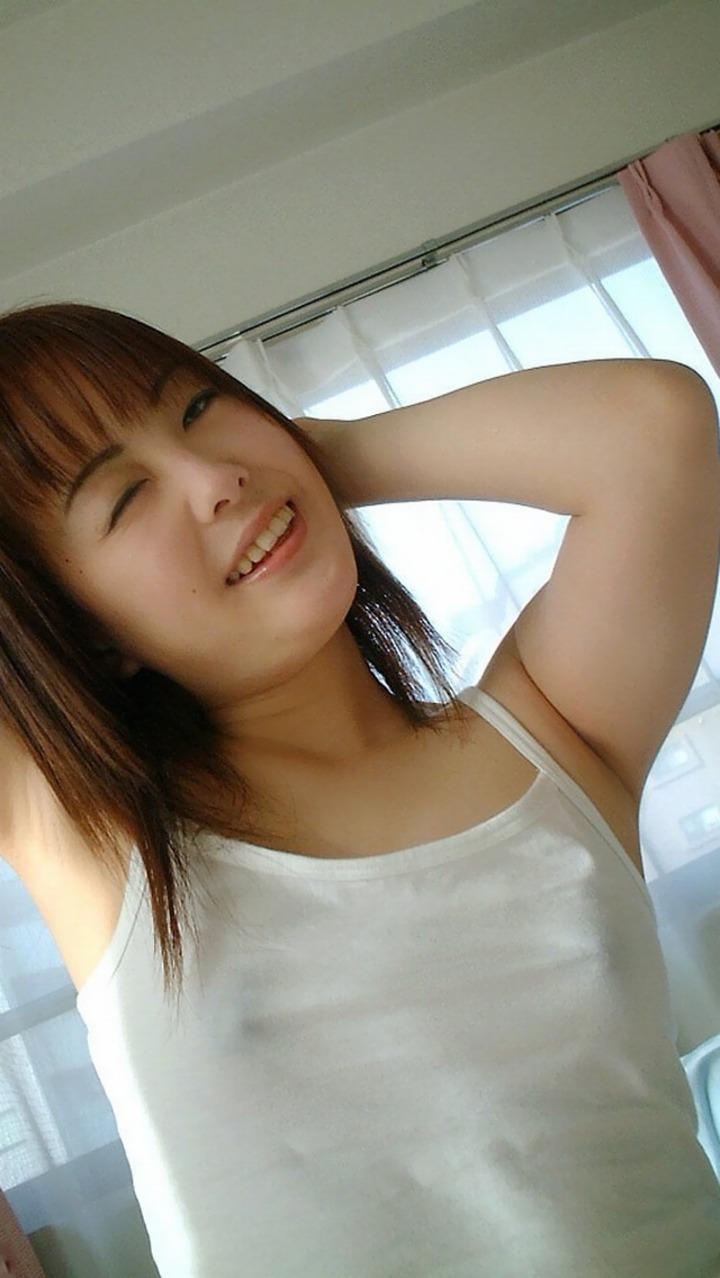 【透け乳首エロ画像】ノーブラって素晴らしい!着衣越しに乳首がハッキリと!w 04