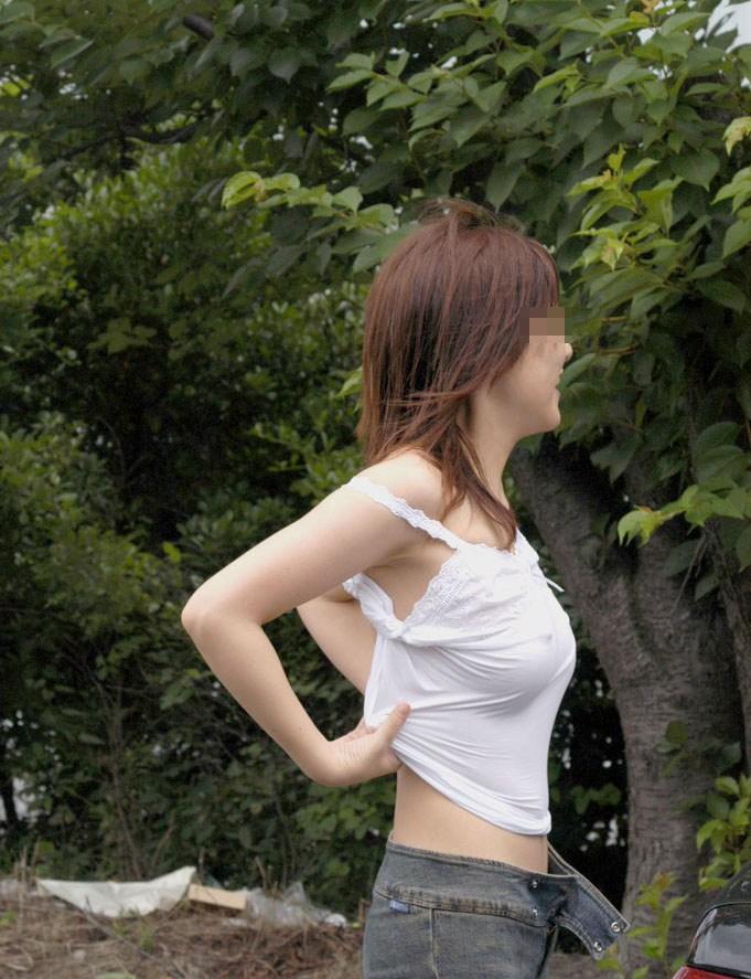 【透け乳首エロ画像】ノーブラって素晴らしい!着衣越しに乳首がハッキリと!w 16