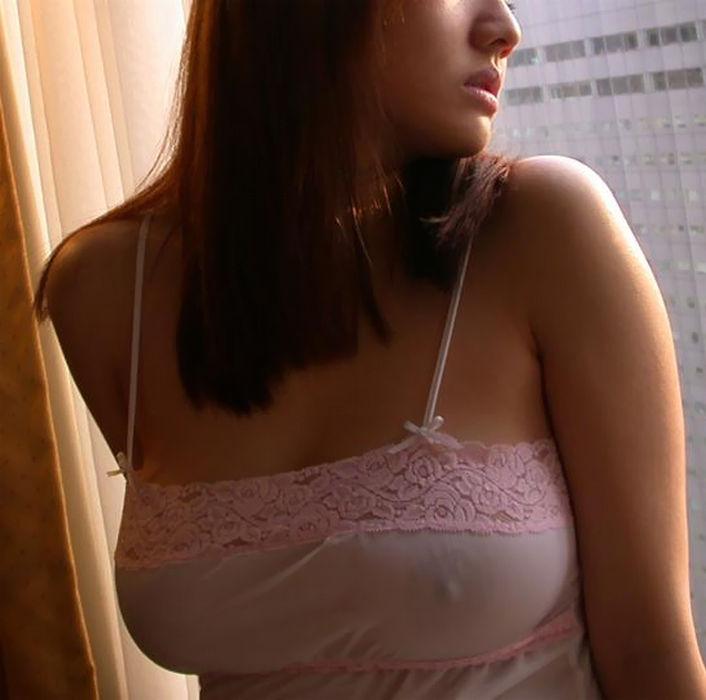 【透け乳首エロ画像】ノーブラって素晴らしい!着衣越しに乳首がハッキリと!w 31