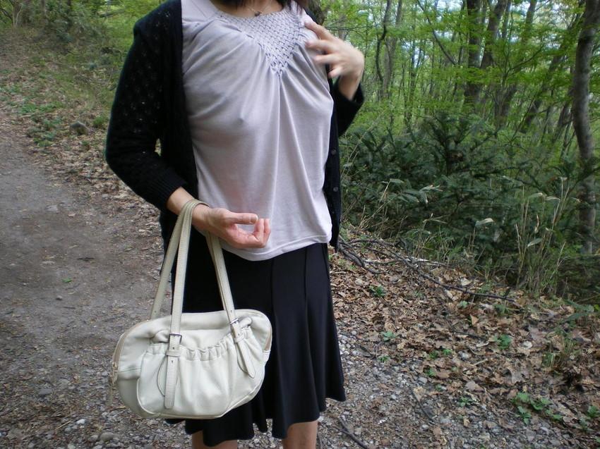 【透け乳首エロ画像】ノーブラって素晴らしい!着衣越しに乳首がハッキリと!w 42