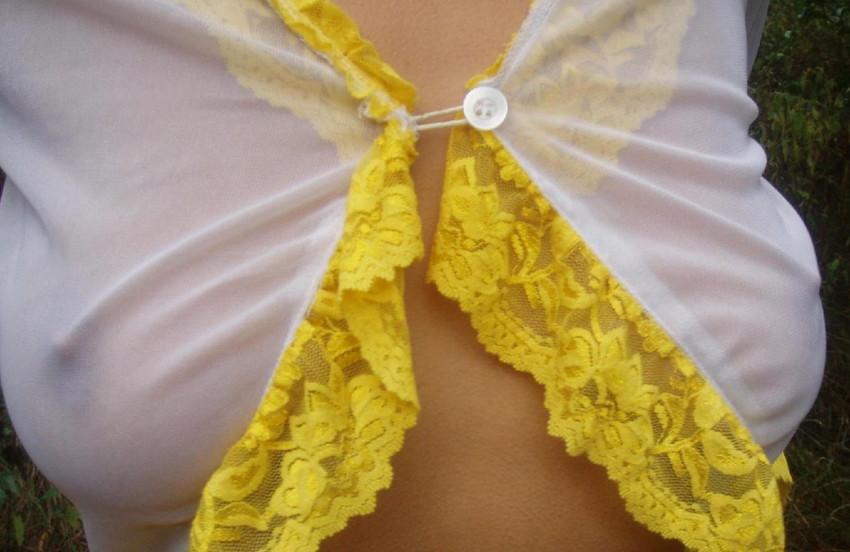 【透け乳首エロ画像】ノーブラって素晴らしい!着衣越しに乳首がハッキリと!w 47