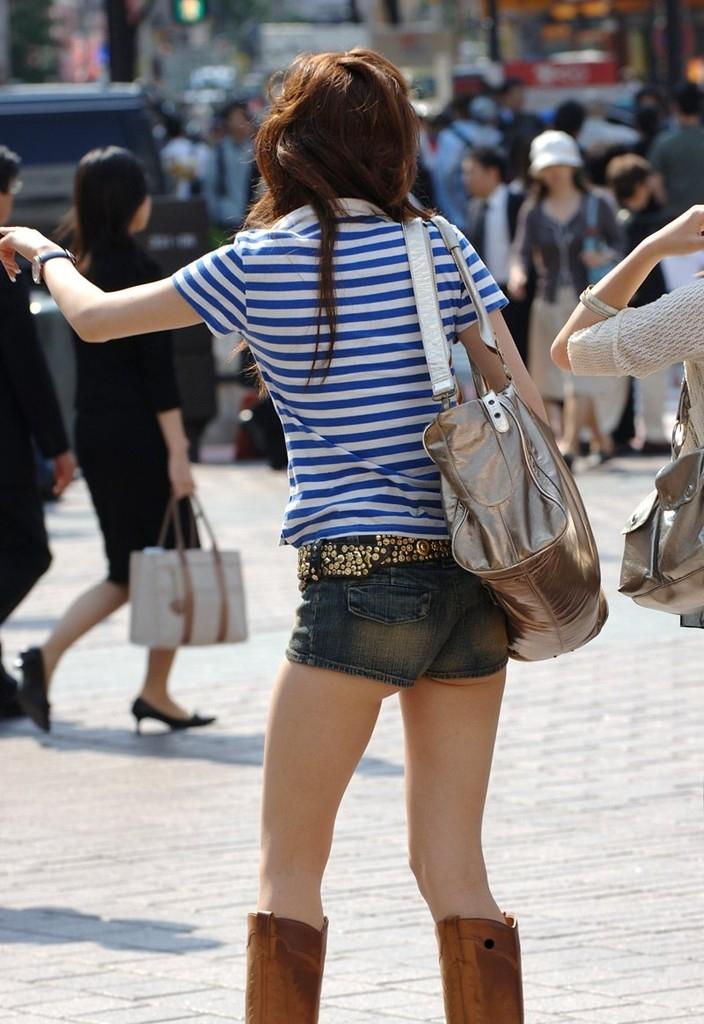 【ホットパンツエロ画像】どうしたって熱い視線で見てしまう街行く女の子達のホットパンツ! 02