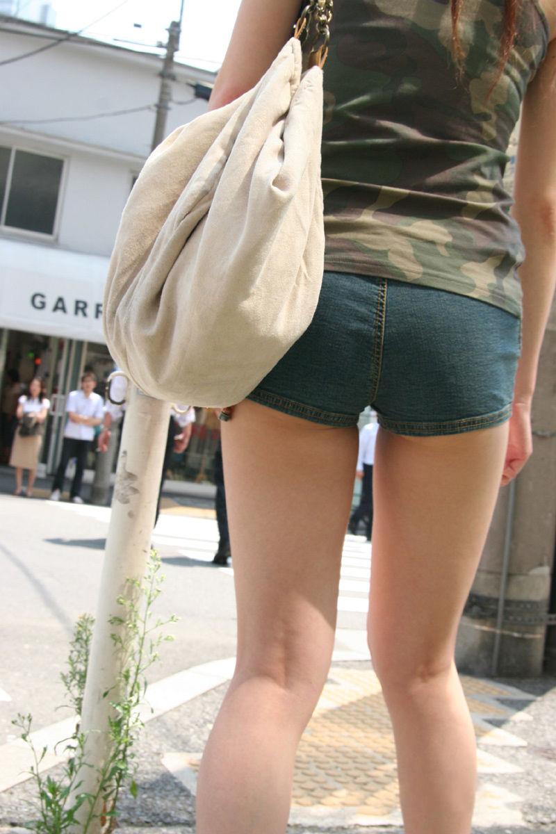 【ホットパンツエロ画像】どうしたって熱い視線で見てしまう街行く女の子達のホットパンツ! 03