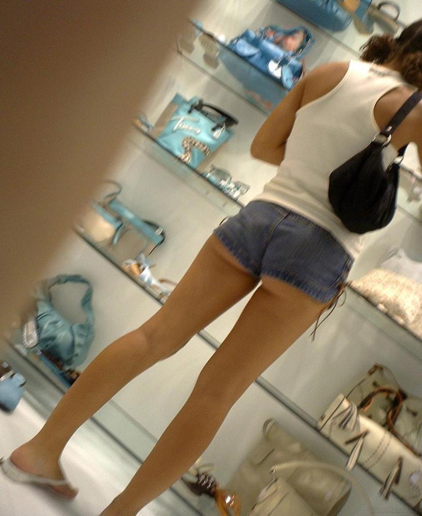 【ホットパンツエロ画像】どうしたって熱い視線で見てしまう街行く女の子達のホットパンツ! 04