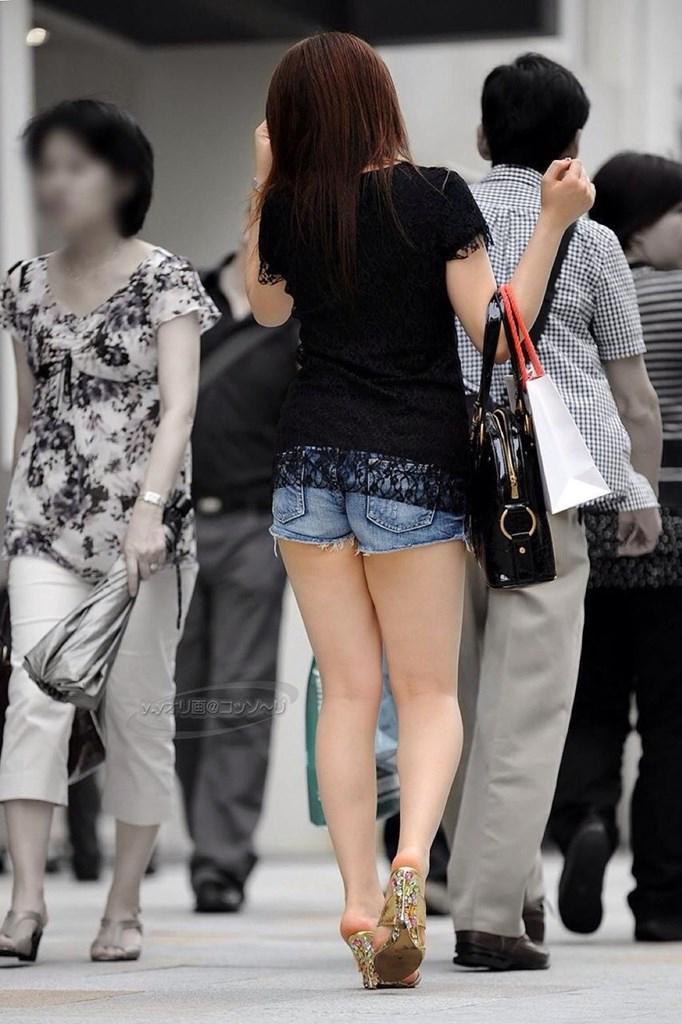 【ホットパンツエロ画像】どうしたって熱い視線で見てしまう街行く女の子達のホットパンツ! 05