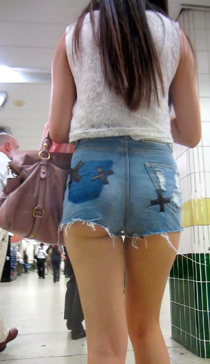 【ホットパンツエロ画像】どうしたって熱い視線で見てしまう街行く女の子達のホットパンツ! 06