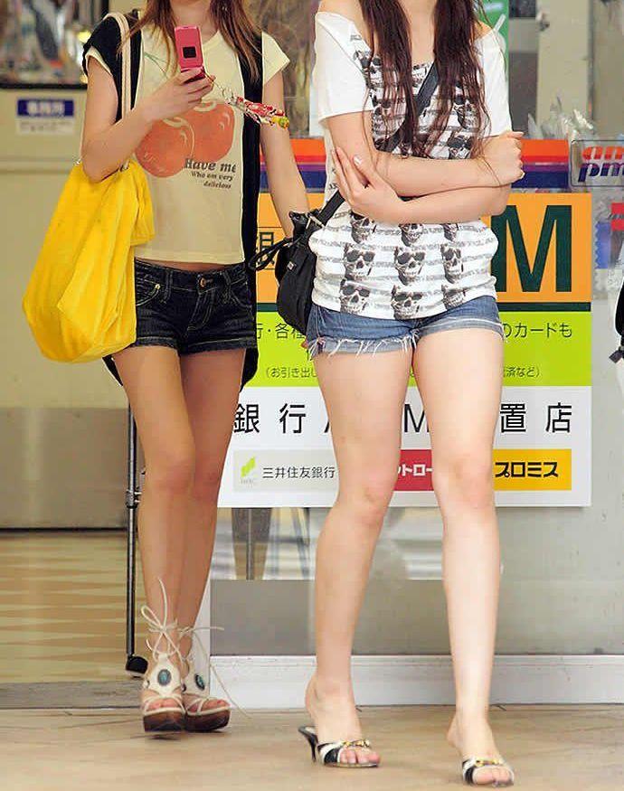 【ホットパンツエロ画像】どうしたって熱い視線で見てしまう街行く女の子達のホットパンツ! 09