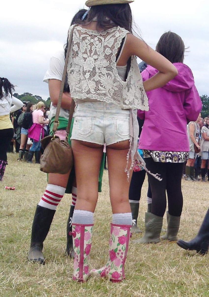 【ホットパンツエロ画像】どうしたって熱い視線で見てしまう街行く女の子達のホットパンツ! 15