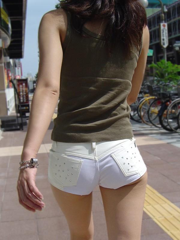 【ホットパンツエロ画像】どうしたって熱い視線で見てしまう街行く女の子達のホットパンツ! 16