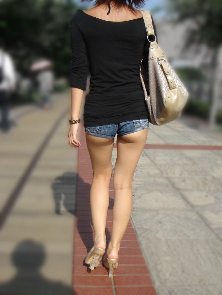 【ホットパンツエロ画像】どうしたって熱い視線で見てしまう街行く女の子達のホットパンツ! 17