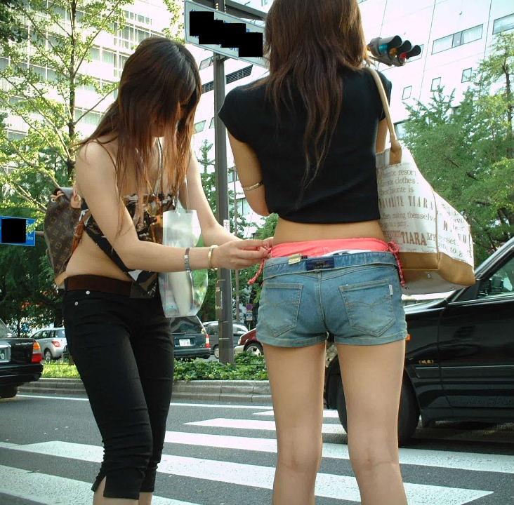 【ホットパンツエロ画像】どうしたって熱い視線で見てしまう街行く女の子達のホットパンツ! 20
