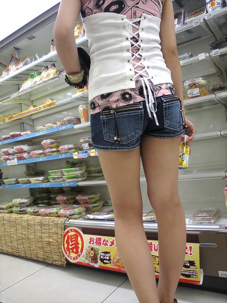【ホットパンツエロ画像】どうしたって熱い視線で見てしまう街行く女の子達のホットパンツ! 21