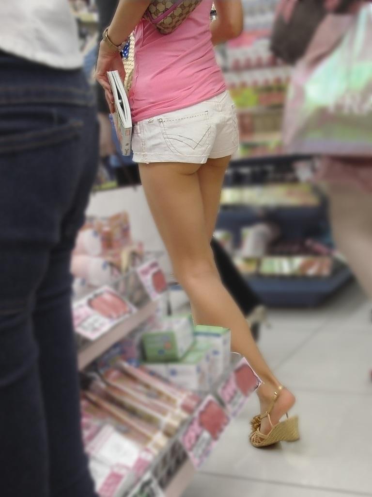 【ホットパンツエロ画像】どうしたって熱い視線で見てしまう街行く女の子達のホットパンツ! 22
