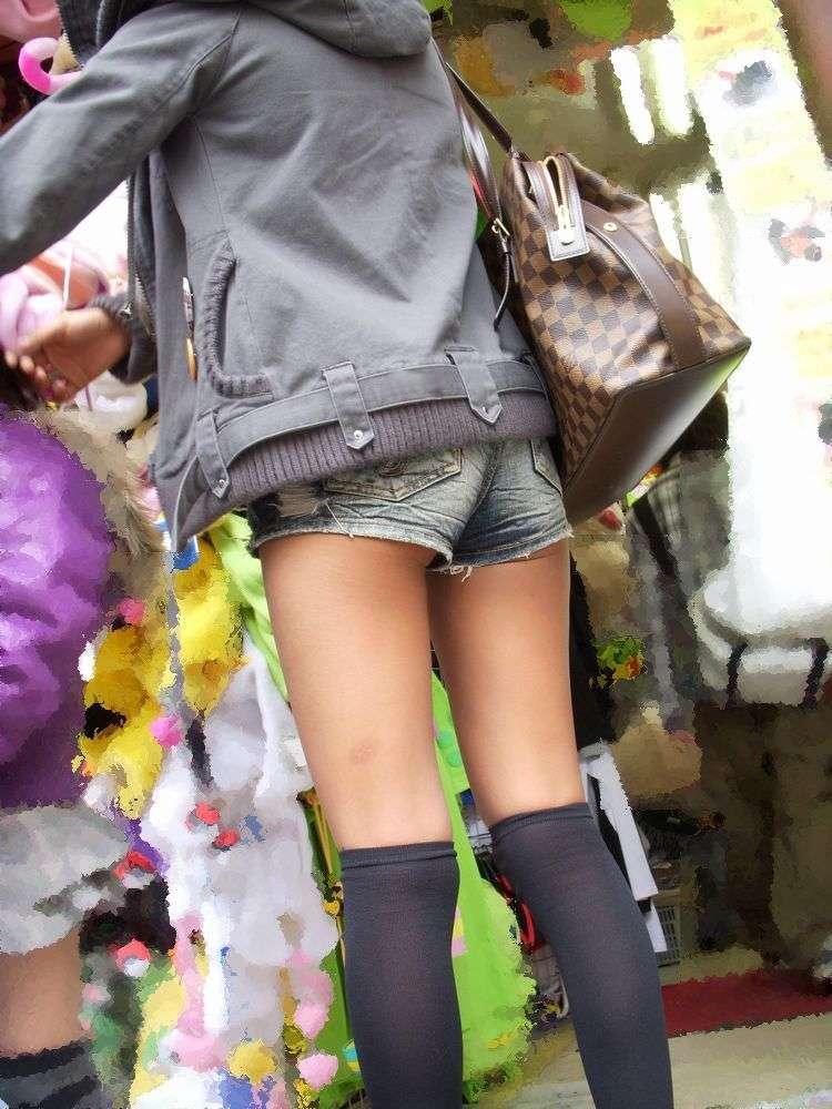 【ホットパンツエロ画像】どうしたって熱い視線で見てしまう街行く女の子達のホットパンツ! 26