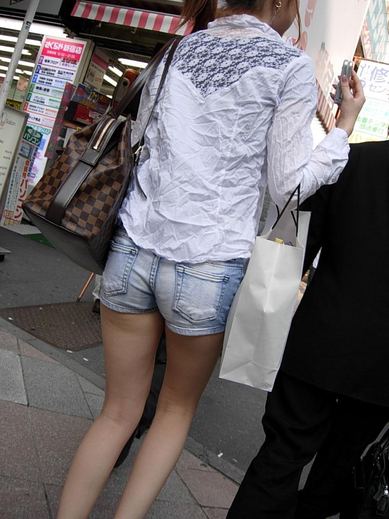 【ホットパンツエロ画像】どうしたって熱い視線で見てしまう街行く女の子達のホットパンツ! 27
