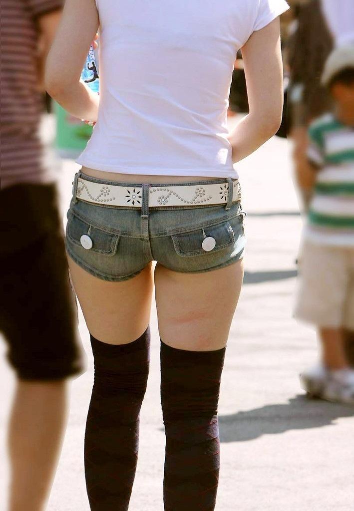 【ホットパンツエロ画像】どうしたって熱い視線で見てしまう街行く女の子達のホットパンツ! 28