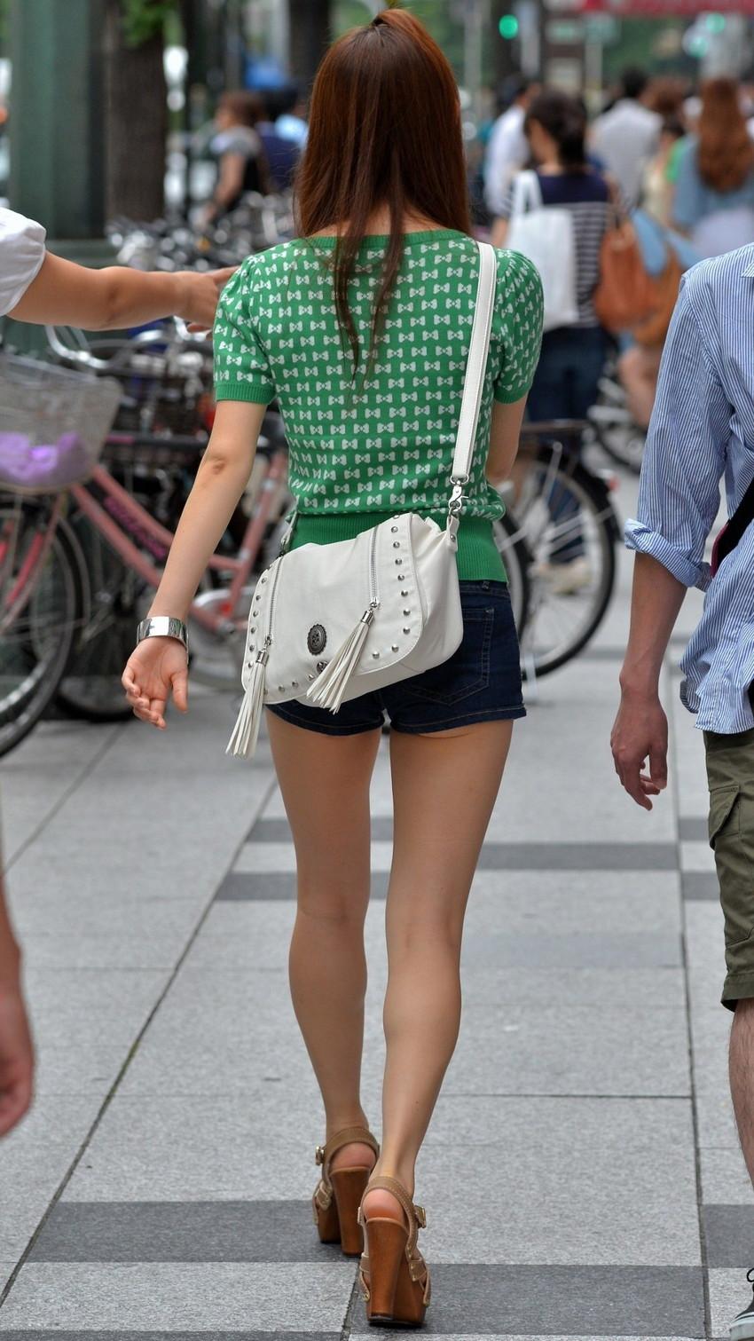 【ホットパンツエロ画像】どうしたって熱い視線で見てしまう街行く女の子達のホットパンツ! 32