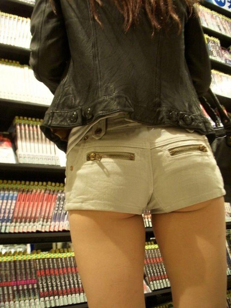 【ホットパンツエロ画像】どうしたって熱い視線で見てしまう街行く女の子達のホットパンツ! 48