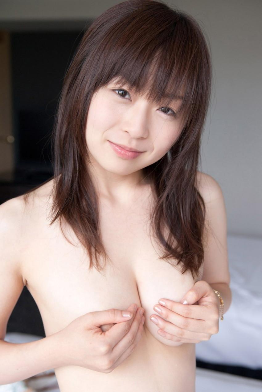 【手ブラエロ画像】指の隙間からうっかり乳首が見えたらいいな!手ブラ画像! 03