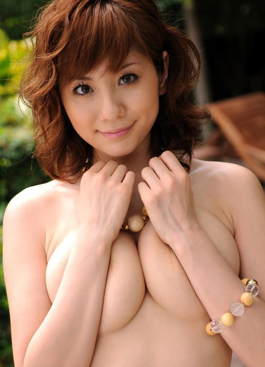 【手ブラエロ画像】指の隙間からうっかり乳首が見えたらいいな!手ブラ画像! 12