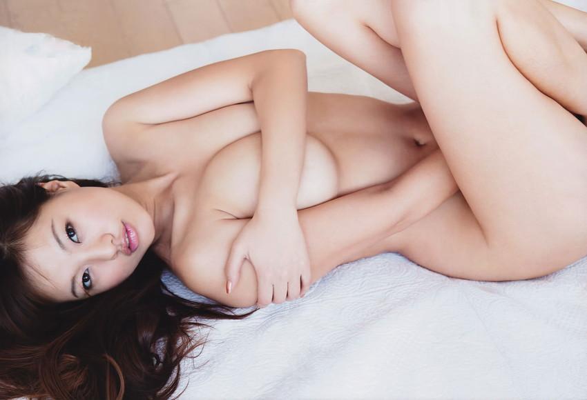 【手ブラエロ画像】指の隙間からうっかり乳首が見えたらいいな!手ブラ画像! 54
