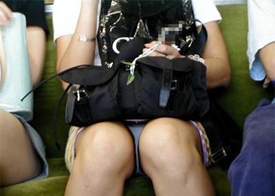 【盗撮エロ画像】電車で対面に座ったミニスカ女子のパンティー盗撮したった!