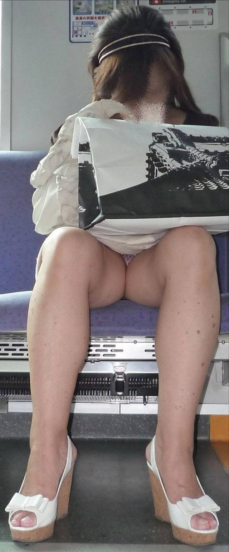 【盗撮エロ画像】電車で対面に座ったミニスカ女子のパンティー盗撮したった! 03