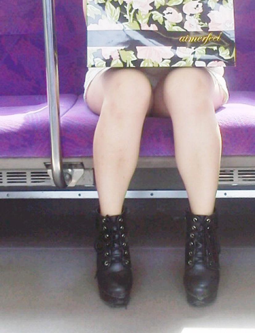 【盗撮エロ画像】電車で対面に座ったミニスカ女子のパンティー盗撮したった! 04