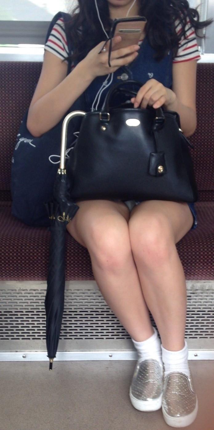 【盗撮エロ画像】電車で対面に座ったミニスカ女子のパンティー盗撮したった! 07