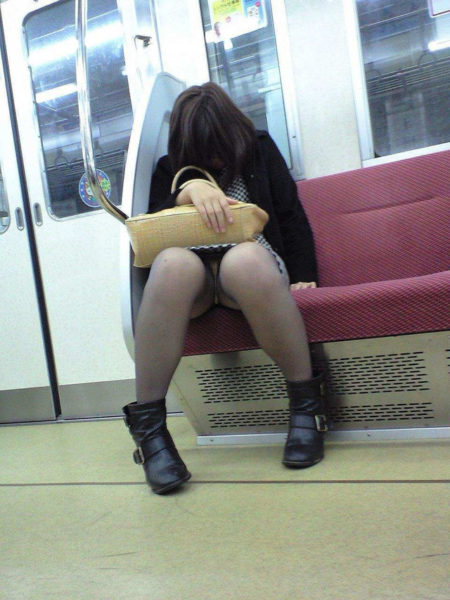【盗撮エロ画像】電車で対面に座ったミニスカ女子のパンティー盗撮したった! 09