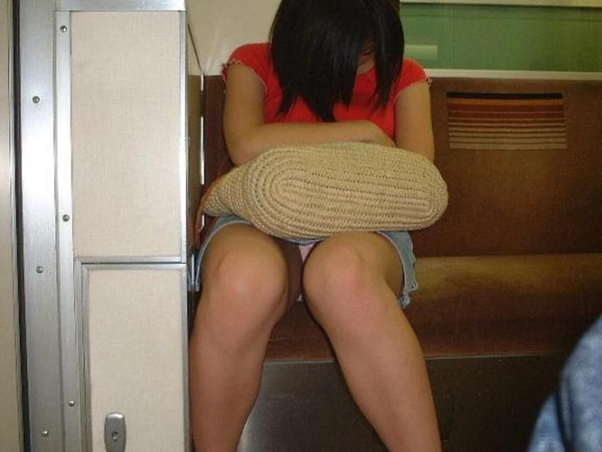 【盗撮エロ画像】電車で対面に座ったミニスカ女子のパンティー盗撮したった! 11