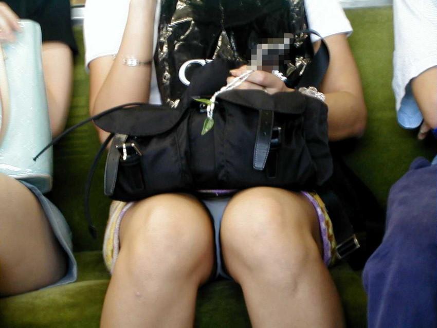 【盗撮エロ画像】電車で対面に座ったミニスカ女子のパンティー盗撮したった! 12
