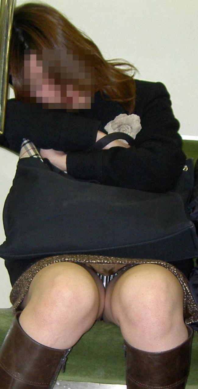 【盗撮エロ画像】電車で対面に座ったミニスカ女子のパンティー盗撮したった! 13