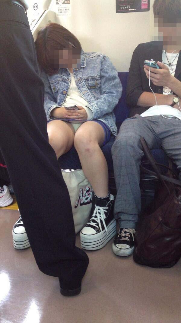 【盗撮エロ画像】電車で対面に座ったミニスカ女子のパンティー盗撮したった! 15