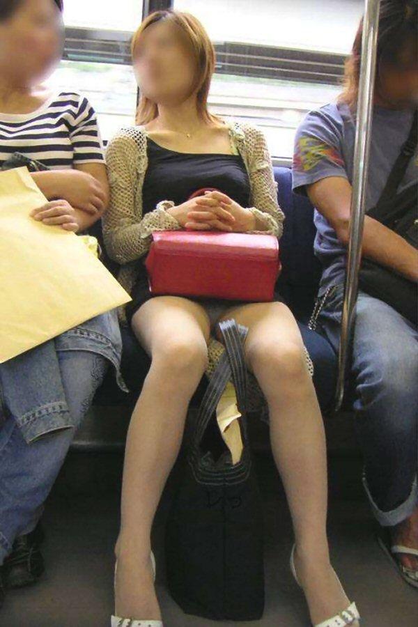 【盗撮エロ画像】電車で対面に座ったミニスカ女子のパンティー盗撮したった! 17