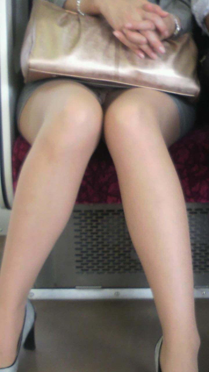 【盗撮エロ画像】電車で対面に座ったミニスカ女子のパンティー盗撮したった! 19