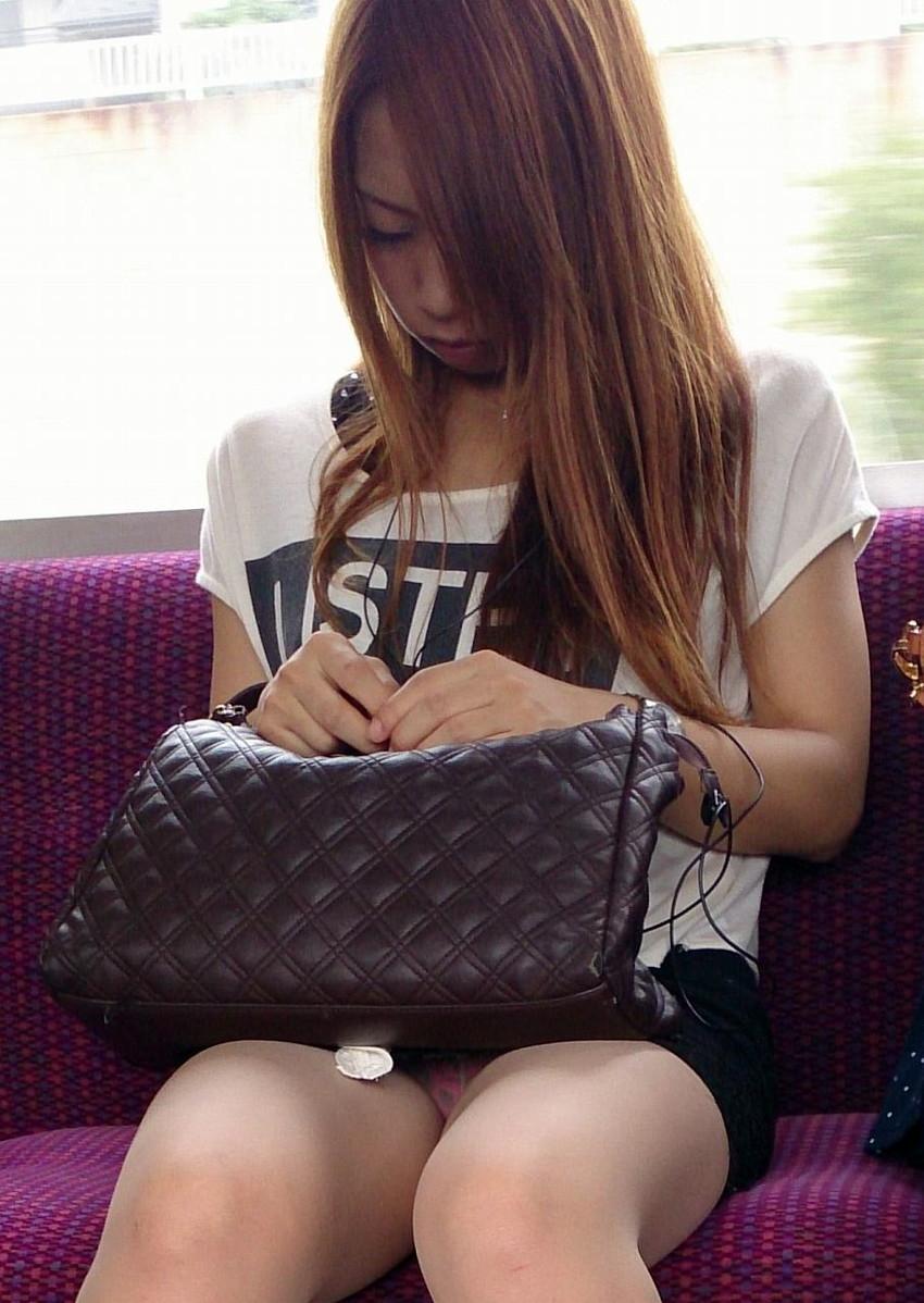 【盗撮エロ画像】電車で対面に座ったミニスカ女子のパンティー盗撮したった! 21