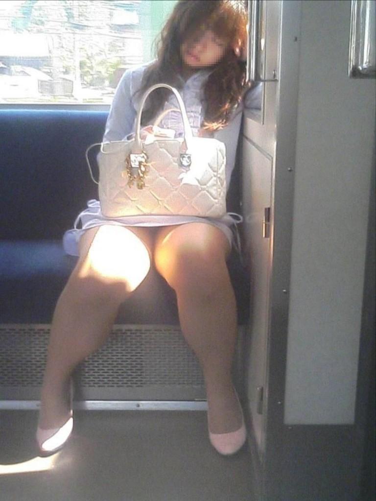 【盗撮エロ画像】電車で対面に座ったミニスカ女子のパンティー盗撮したった! 22