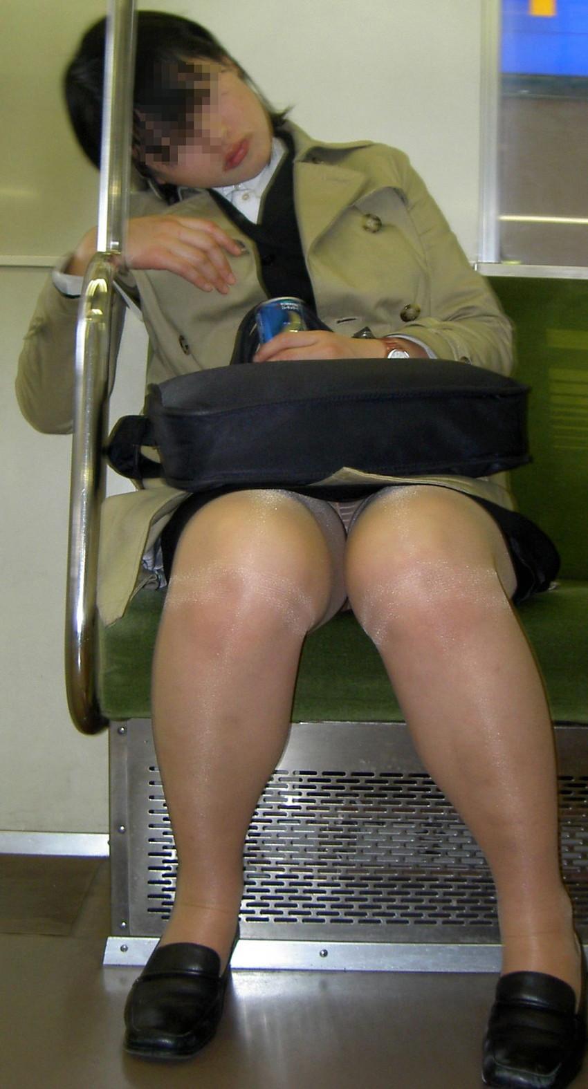 【盗撮エロ画像】電車で対面に座ったミニスカ女子のパンティー盗撮したった! 24