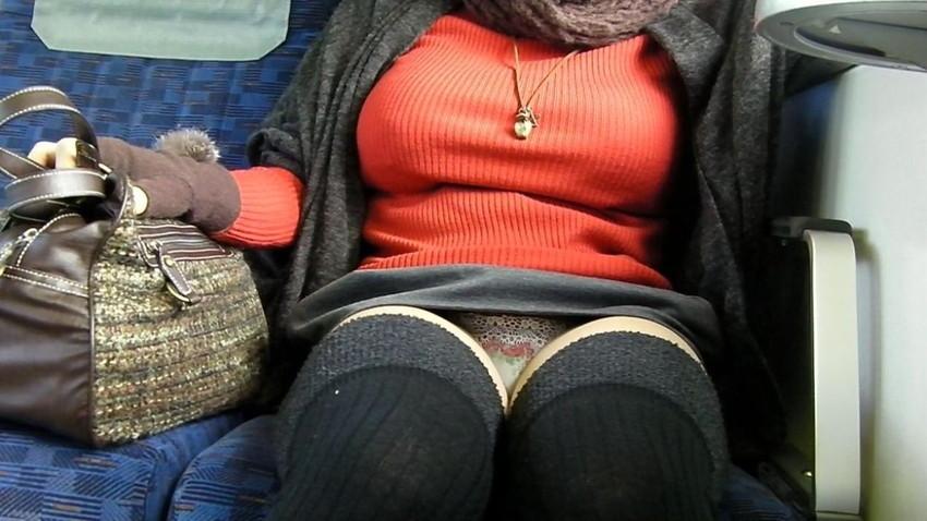 【盗撮エロ画像】電車で対面に座ったミニスカ女子のパンティー盗撮したった! 25