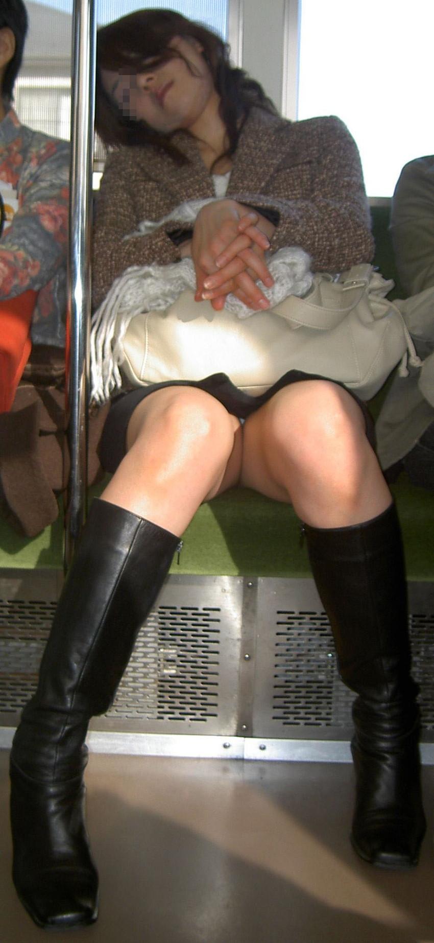 【盗撮エロ画像】電車で対面に座ったミニスカ女子のパンティー盗撮したった! 28