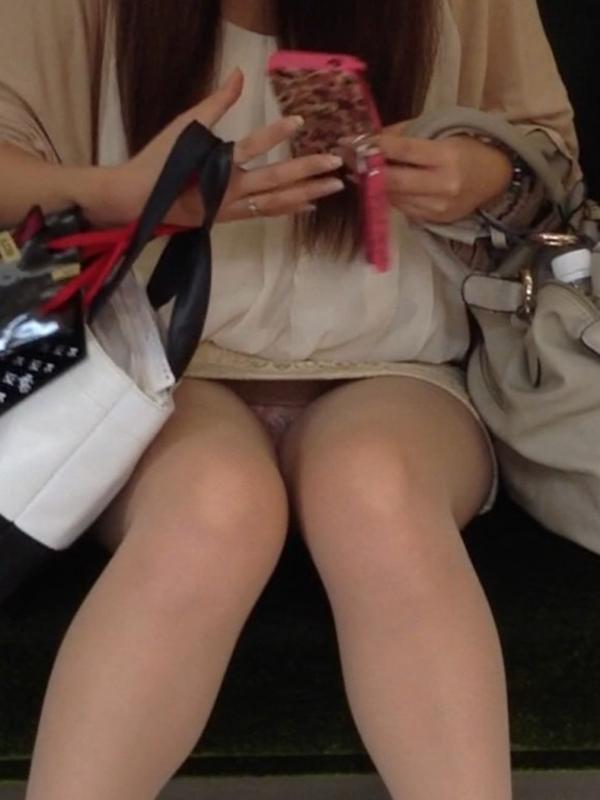 【盗撮エロ画像】電車で対面に座ったミニスカ女子のパンティー盗撮したった! 30