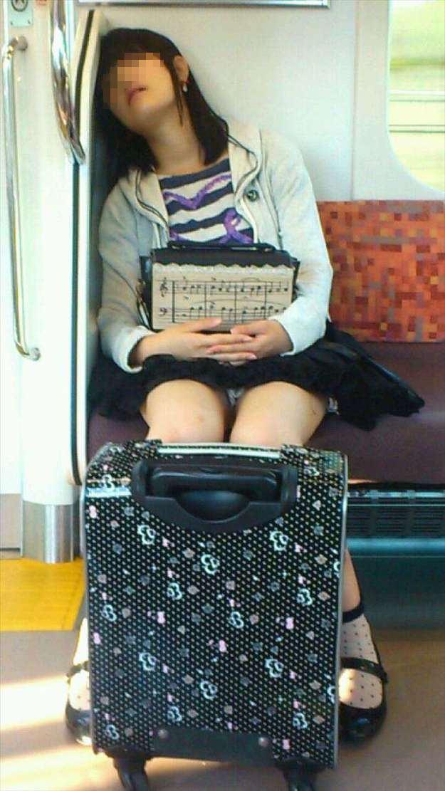 【盗撮エロ画像】電車で対面に座ったミニスカ女子のパンティー盗撮したった! 31