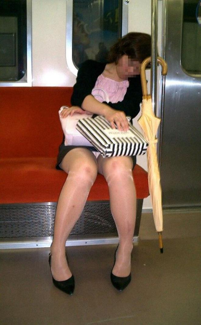 【盗撮エロ画像】電車で対面に座ったミニスカ女子のパンティー盗撮したった! 33