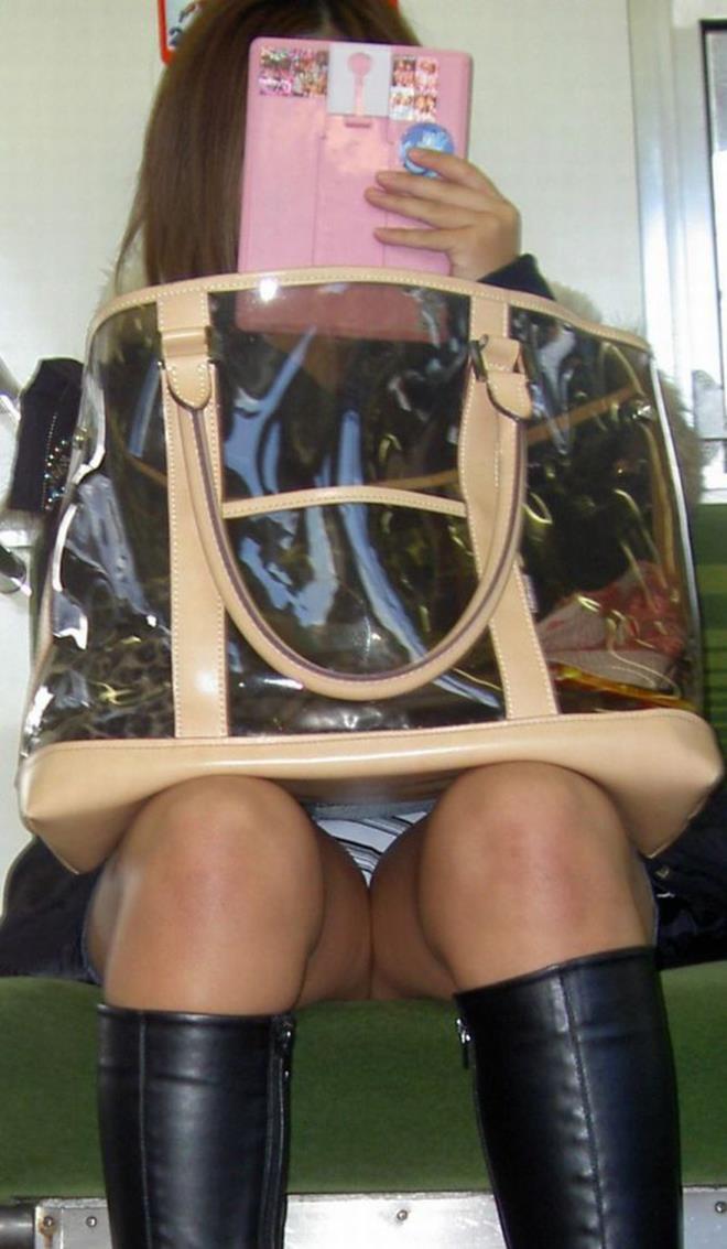 【盗撮エロ画像】電車で対面に座ったミニスカ女子のパンティー盗撮したった! 34