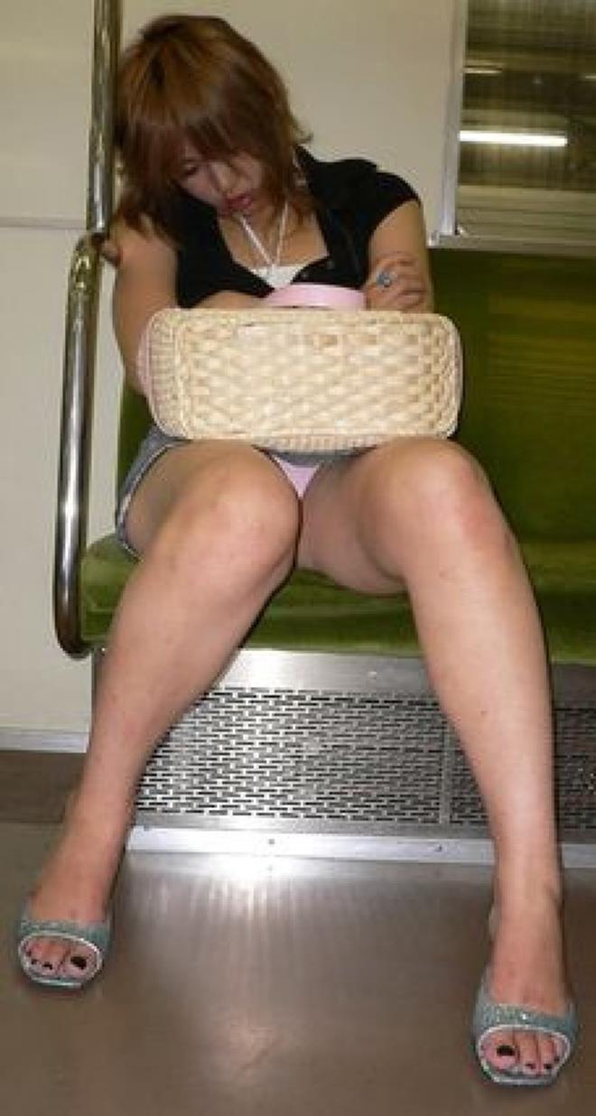 【盗撮エロ画像】電車で対面に座ったミニスカ女子のパンティー盗撮したった! 36