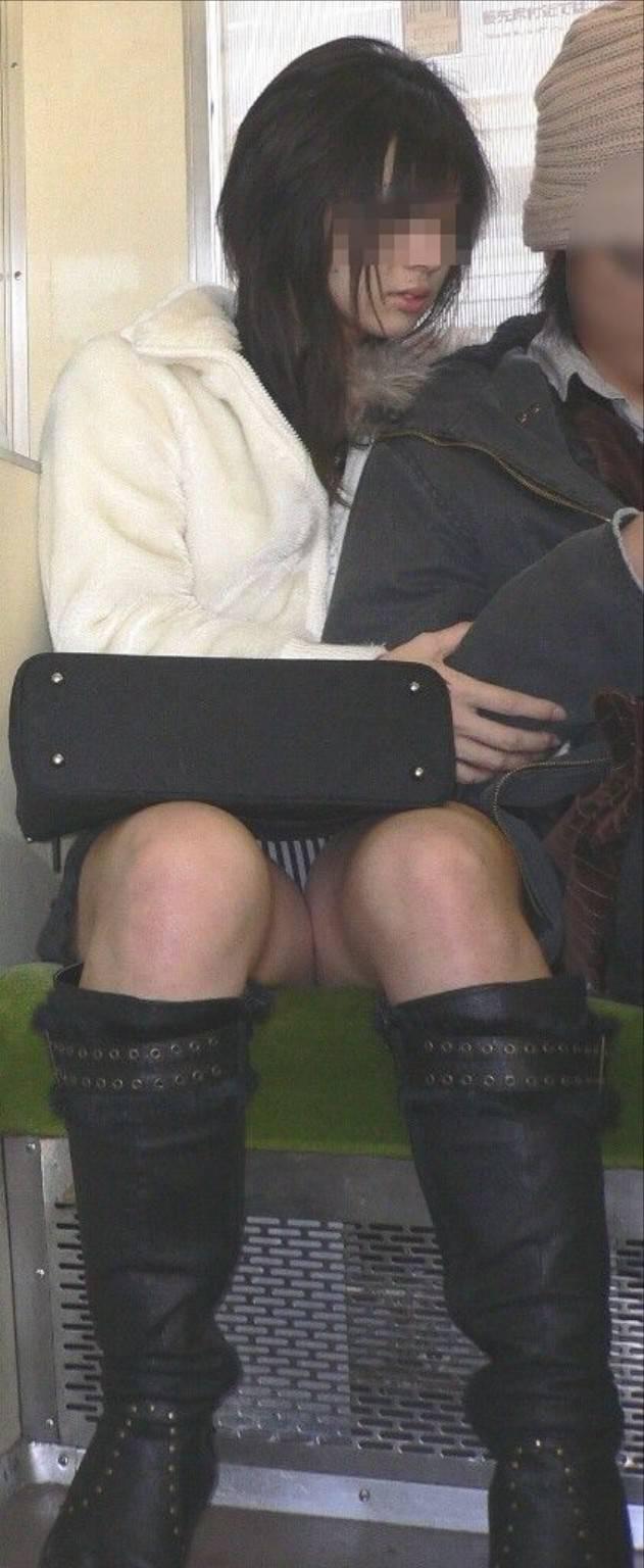 【盗撮エロ画像】電車で対面に座ったミニスカ女子のパンティー盗撮したった! 40