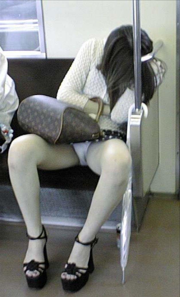 【盗撮エロ画像】電車で対面に座ったミニスカ女子のパンティー盗撮したった! 46